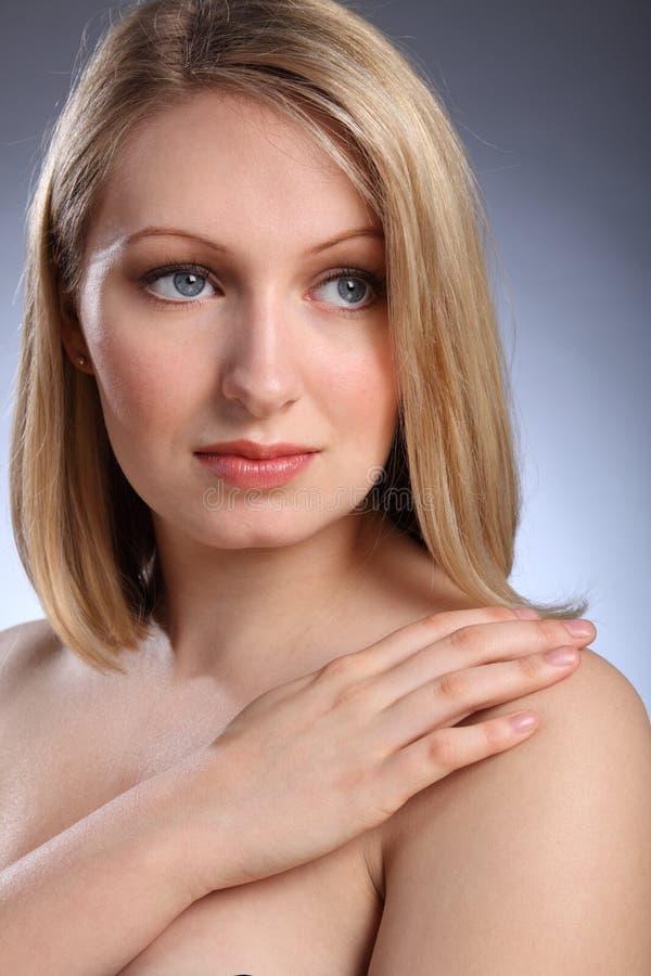 看起来哀伤的妇女的美好的白肤金发&# 免版税图库摄影