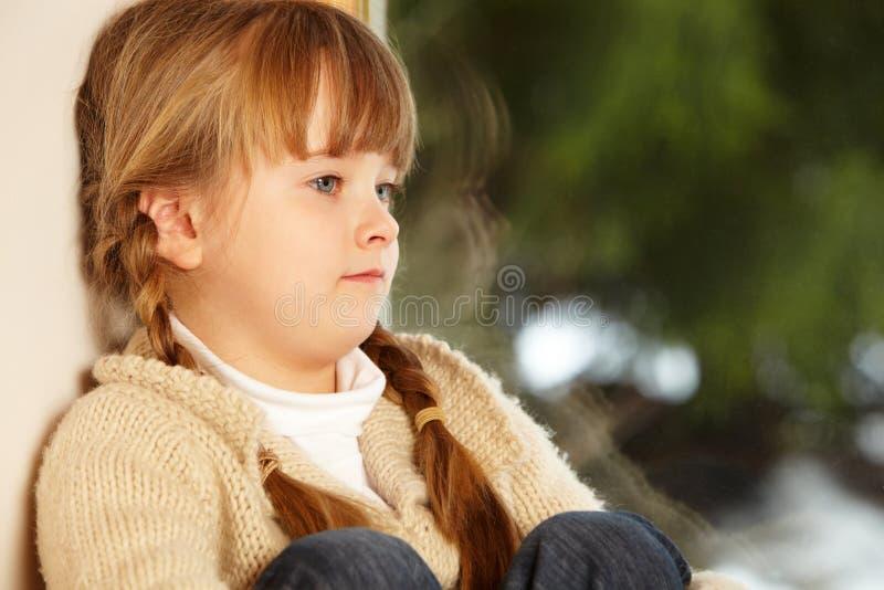 看起来多雪的视图年轻人的女孩 免版税库存照片
