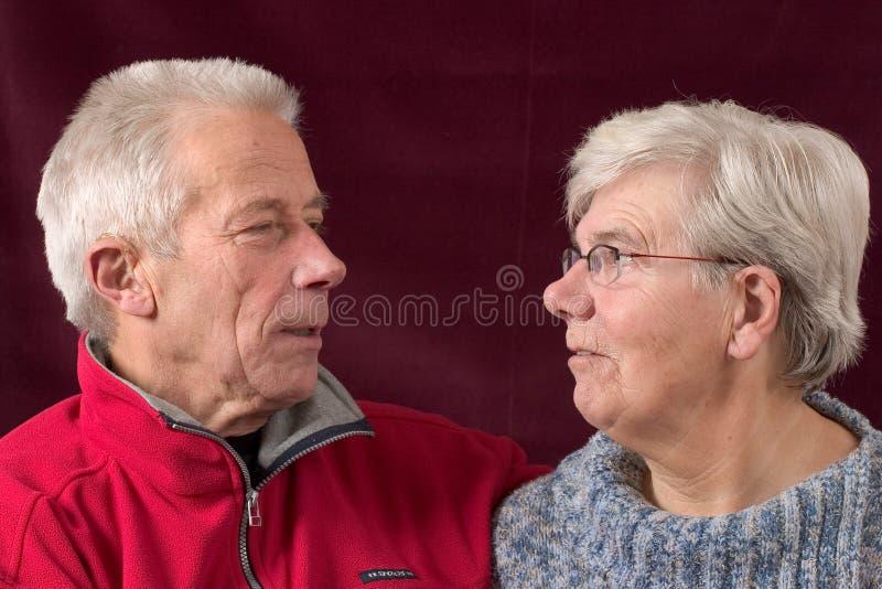 看起来夫妇的eachother高级 免版税图库摄影