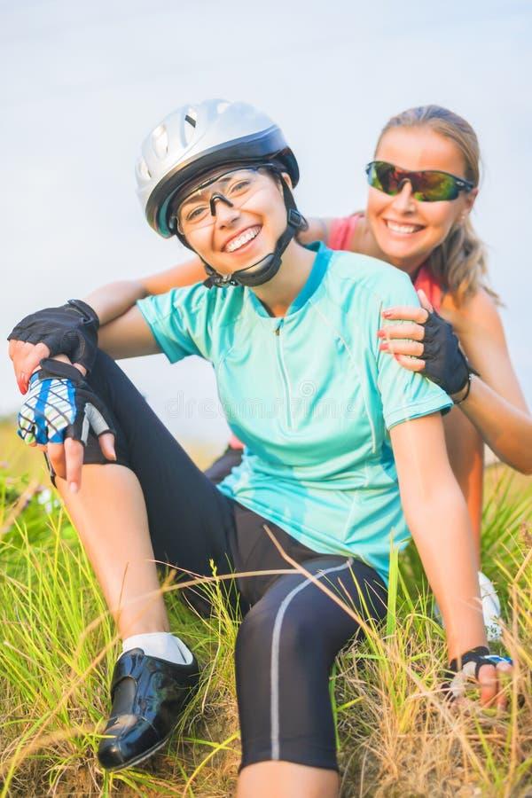 看起来女性体育运动员hav的两愉快的正面画象  免版税图库摄影