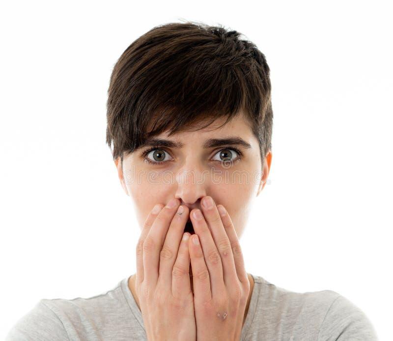 看起来年轻可爱的妇女画象惊吓和冲击盖她的在恐惧的面孔 库存图片