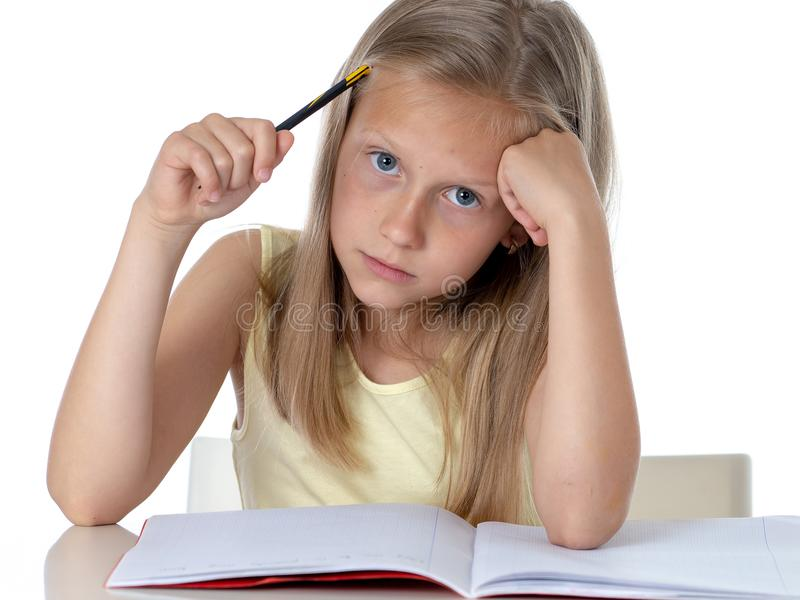 看起来年轻学校学生的女孩不快乐和疲乏在教育 免版税库存图片