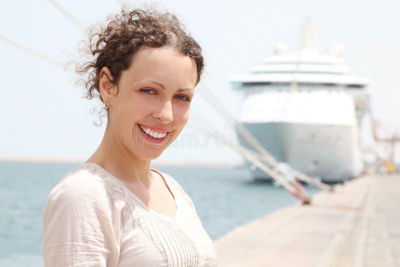 看起来微笑的妇女的大照相机巡航 图库摄影