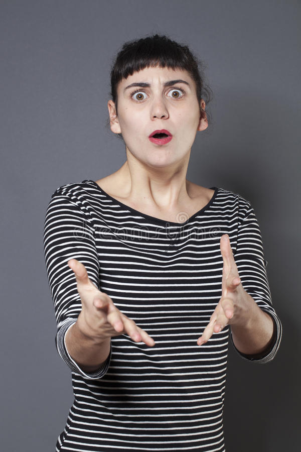 看起来急切年轻深色的妇女恼怒 库存图片