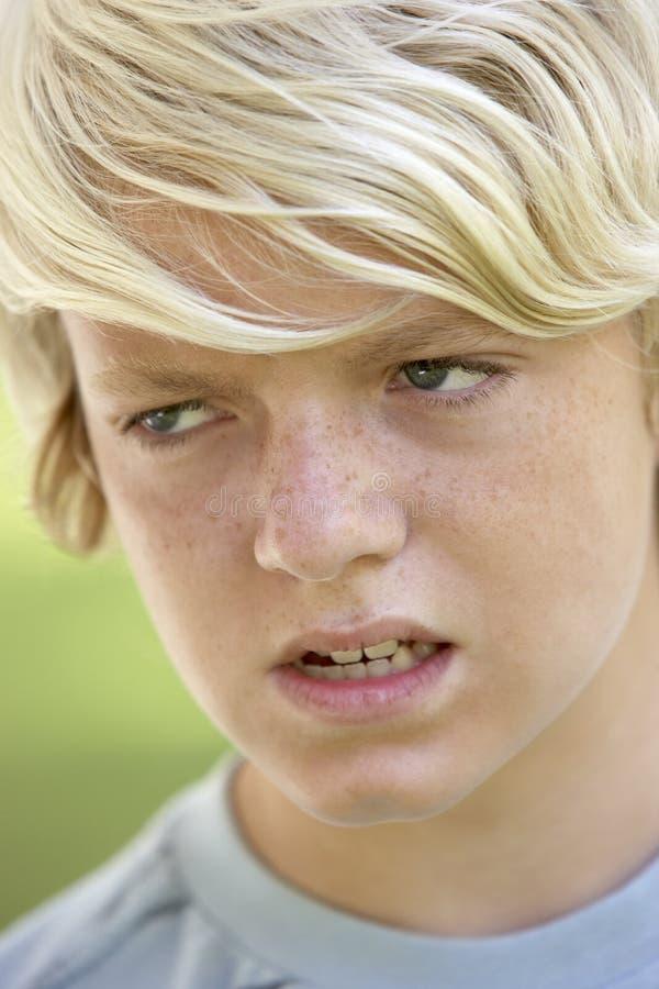 看起来恼怒的男孩少年 免版税库存图片
