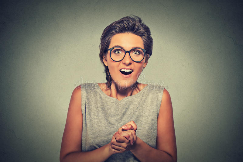 看起来愉快的少妇激发惊奇在充分的怀疑它是我? 免版税库存图片