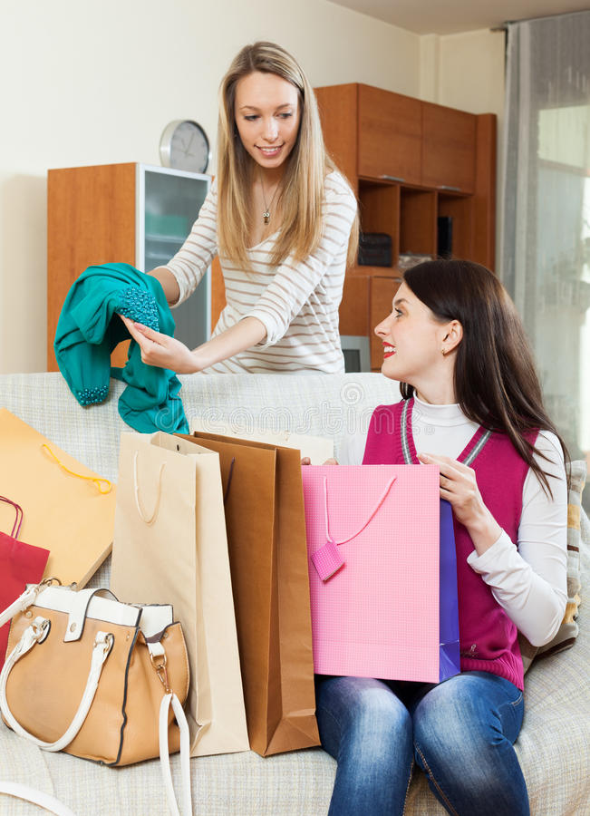 看起来新的绿色礼服的微笑的妇女 免版税库存图片