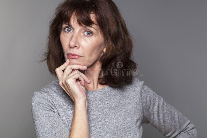 看起来有想象力的美丽的50s的妇女严肃 图库摄影