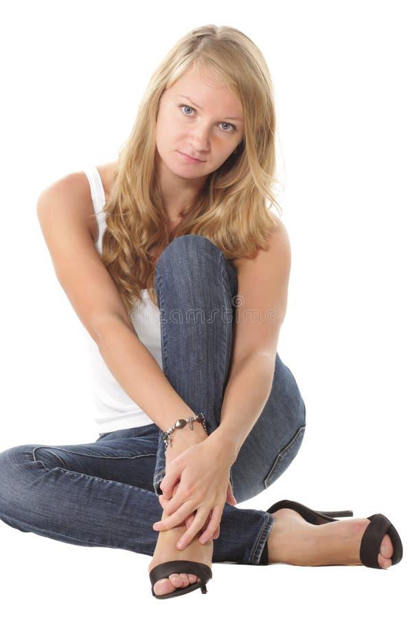 看起来照相机的女孩坐 库存图片