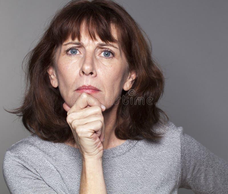 看起来生气的美丽的50s的妇女恼怒 库存图片
