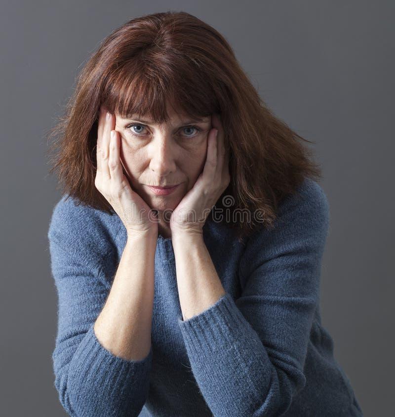 看起来疲乏的美丽的50s的妇女生气 免版税库存照片