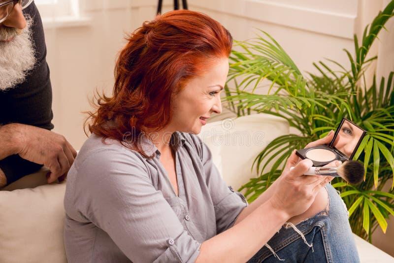 看起来的人怎么在家申请构成的妻子 图库摄影