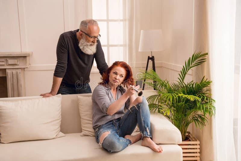 看起来的人怎么在家申请构成的妻子 免版税库存图片