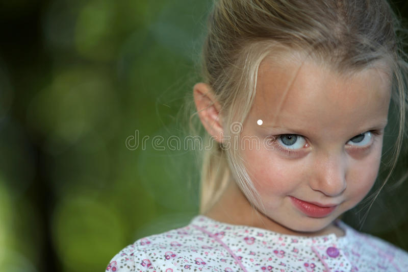 看起来的小女孩害羞 库存照片