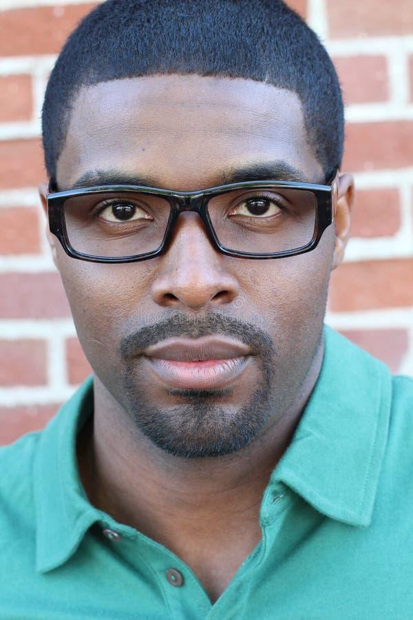 戴看起来的眼镜的黑人年轻非洲商人严肃 库存图片