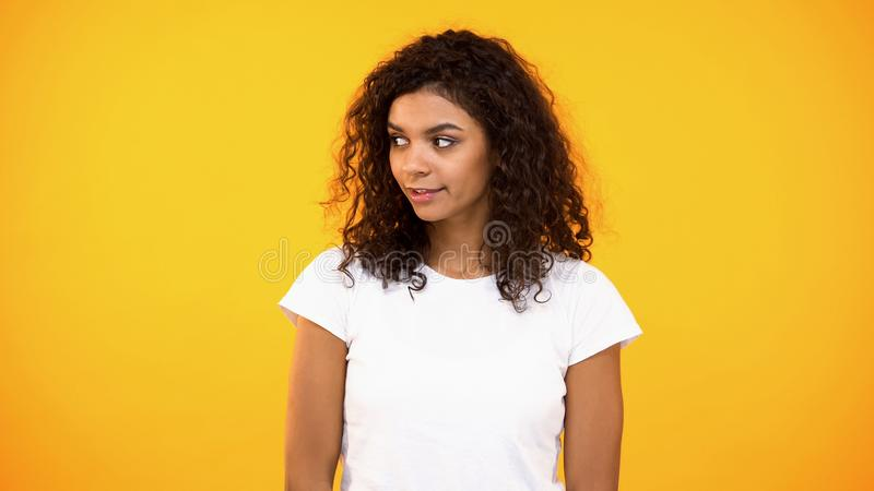 看起来美丽的年轻女人感兴趣在明亮的背景,调情的人,求知欲 免版税库存照片
