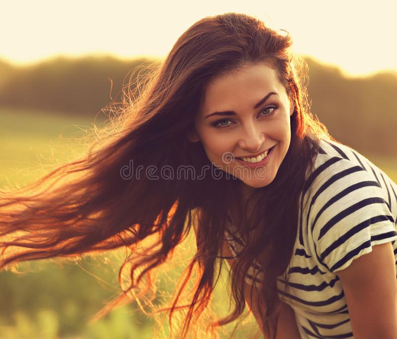 看起来美丽的微笑的少妇满意对长的惊人的ha 库存图片