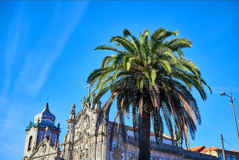 看起来象一个大到左边是Carmelitas的两个葡萄牙教会在波尔图和在右边是卡尔穆教会 古老 库存照片