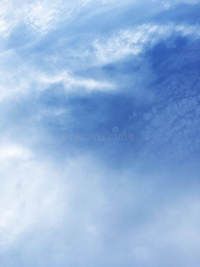 看起来象在海洋之外的波浪的一朵蓝色云彩 库存图片