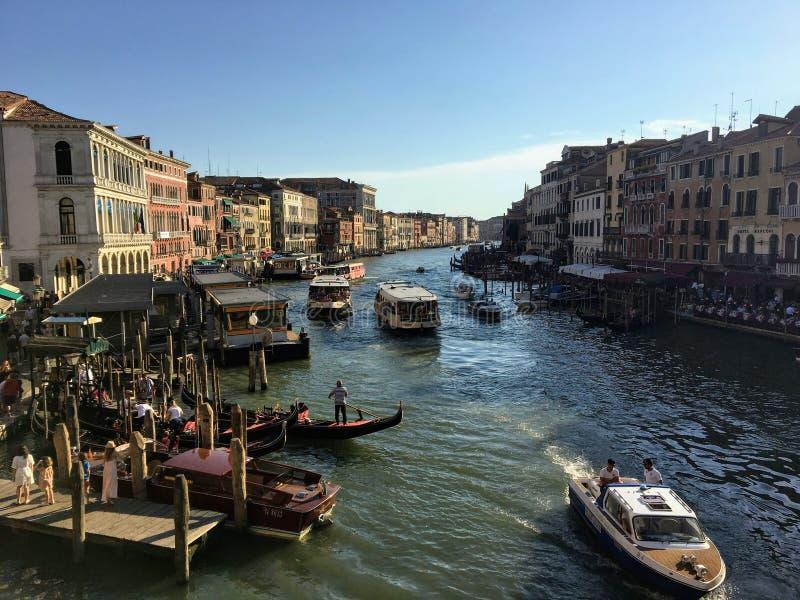 看起来过去木跳船和长平底船往下来大运河的一个经典看法在威尼斯,意大利 免版税库存照片
