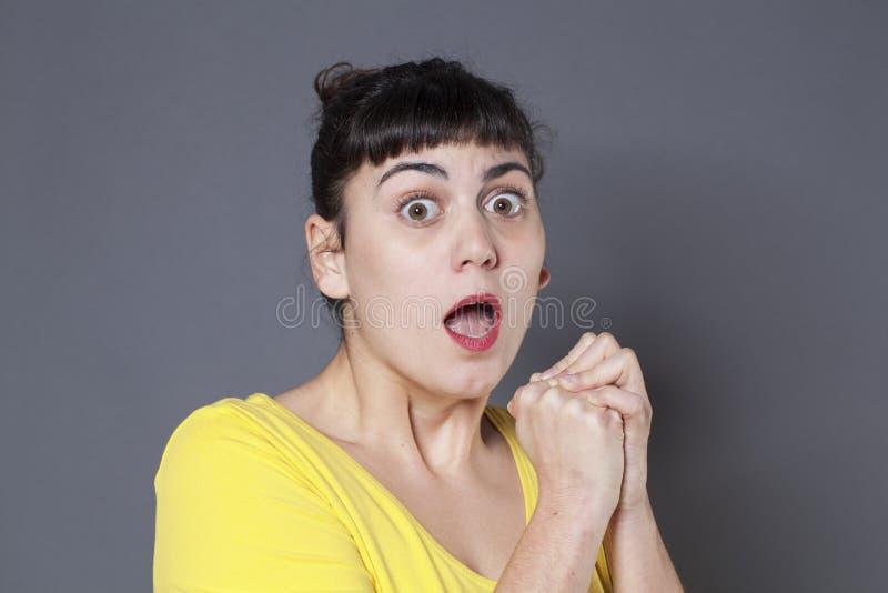 看起来震惊年轻深色的女孩惊吓 免版税库存图片