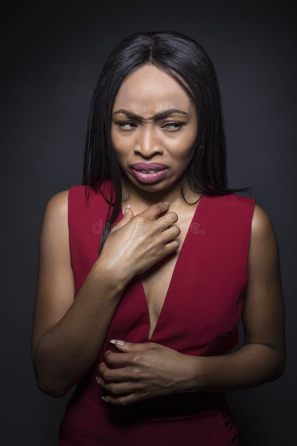 看起来黑人非裔美国人的妇女的画象恶心 免版税库存照片