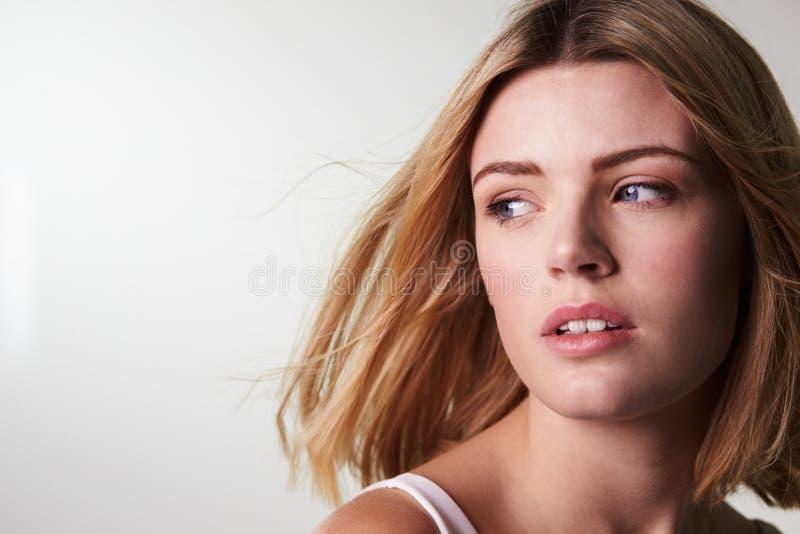 看起来年轻白肤金发的妇女去,接近水平 免版税库存照片
