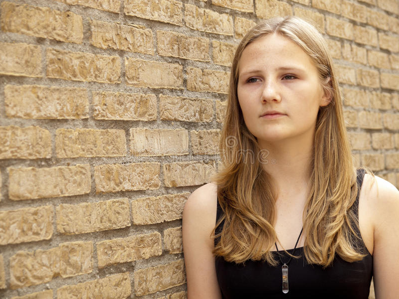 看起来年轻的十几岁的女孩哀伤或沮丧 免版税库存图片
