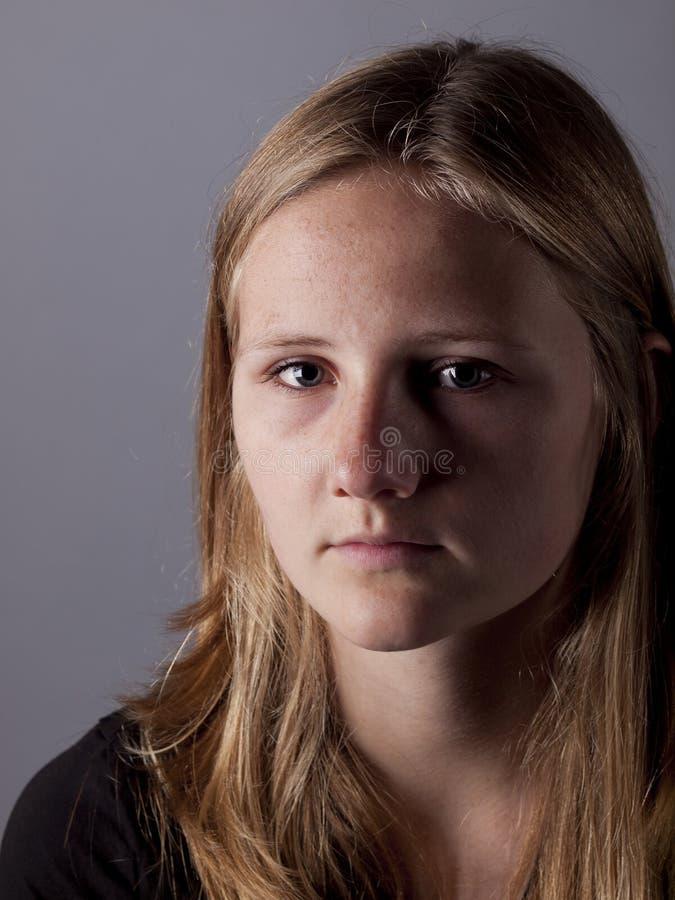 看起来年轻的十几岁的女孩哀伤或沮丧 图库摄影