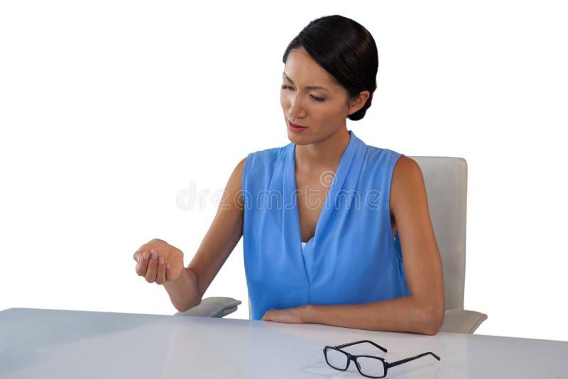 看起来年轻的女实业家手头 库存图片