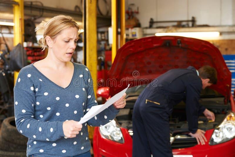 看车库比尔的震惊顾客 库存图片