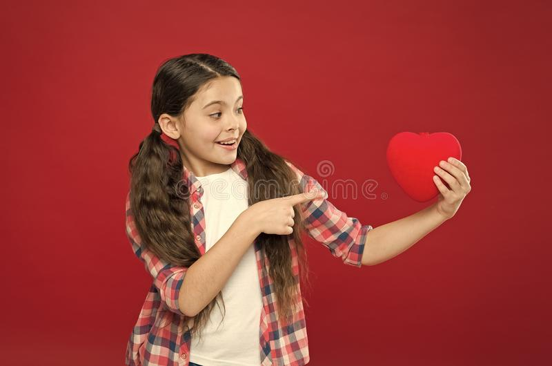 看这大心脏 爱的逗人喜爱的女孩 有心脏问题和心伤 E ?? 库存照片
