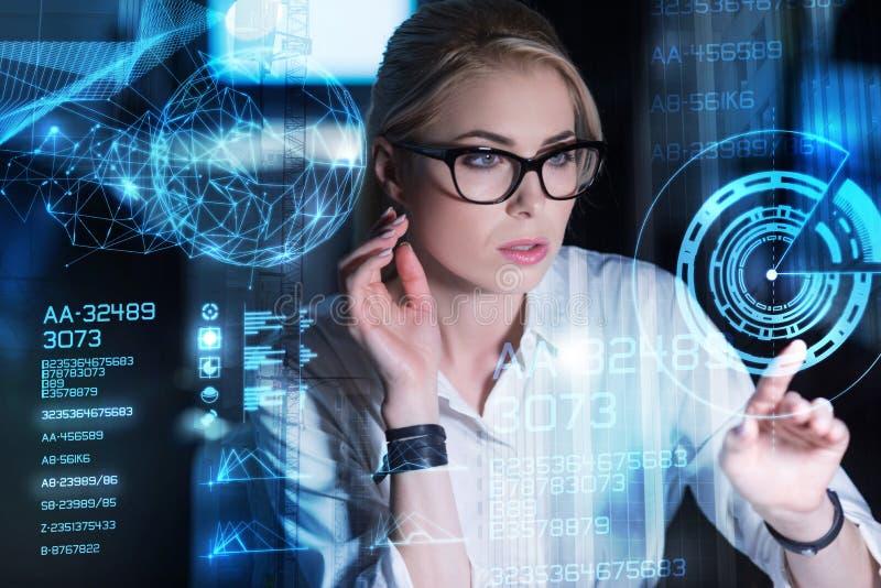 看透明屏幕和想法的聪明的妇女 免版税库存照片