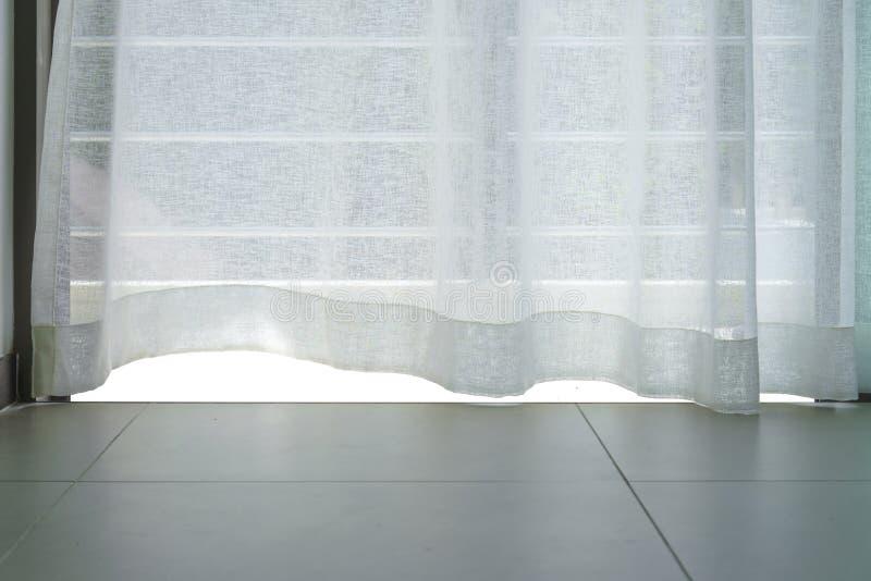 看通行证透亮白色织品帷幕和室外大阳台,城市,泰国的看法都市风景 库存照片