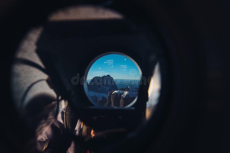 看通过一双眼往山风景 图库摄影
