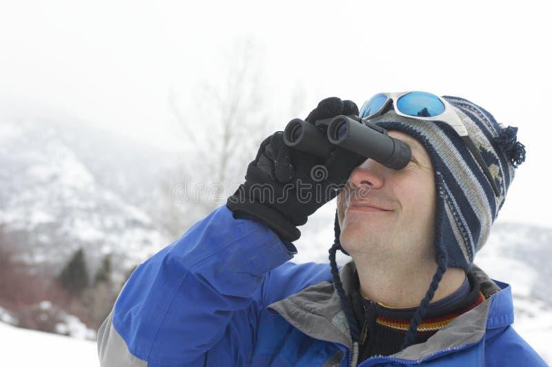 看通过双筒望远镜的人 免版税库存照片