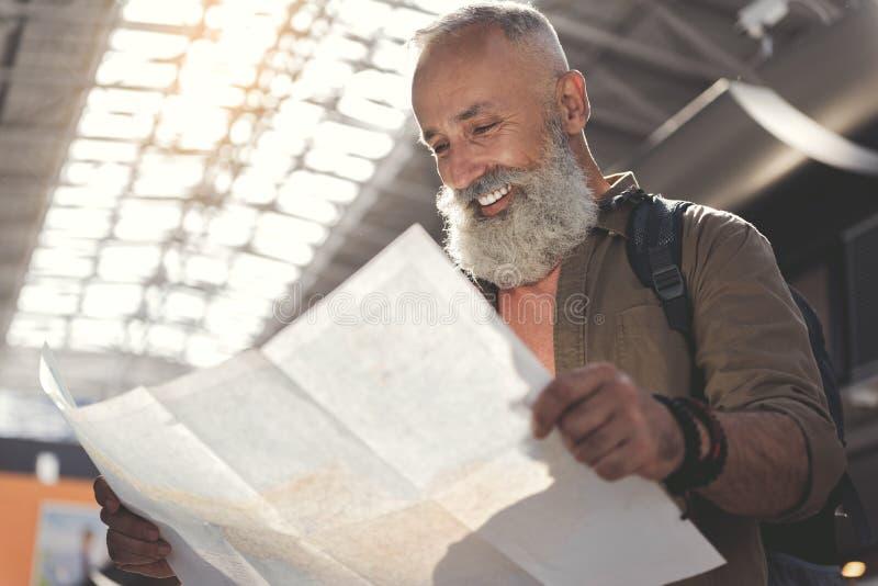 看通过图的快乐的老人 库存图片