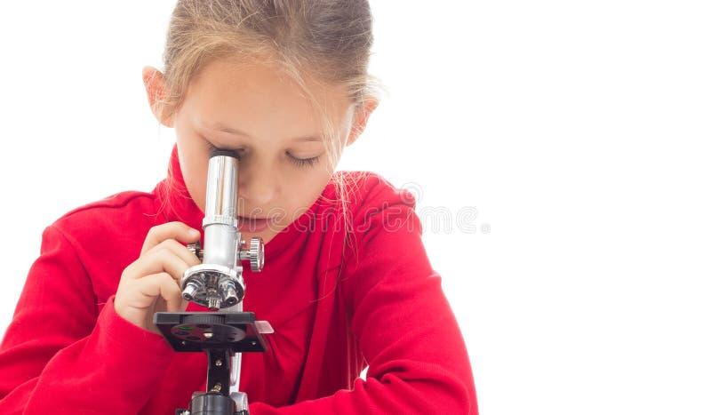看通过显微镜的孩子 免版税库存图片