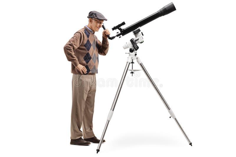 看通过望远镜的年长人 图库摄影