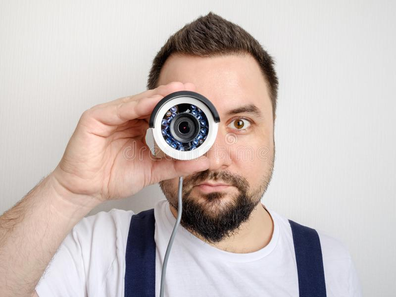 看通过照相机的CCTV安置者 免版税库存图片