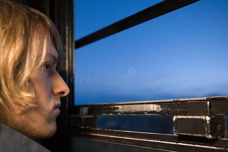 Download 看通过窗口的年轻人 库存照片. 图片 包括有 户内, 头发, 冰冷, 水平, 人力, 种族, 玻璃, 风景 - 62533862
