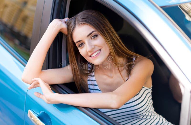 看通过车窗的妇女 库存照片
