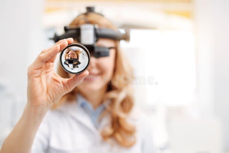 看通过透镜的有天才的年轻专家 免版税图库摄影