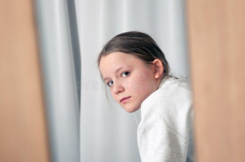 看通过镜子的女孩画象 免版税库存照片