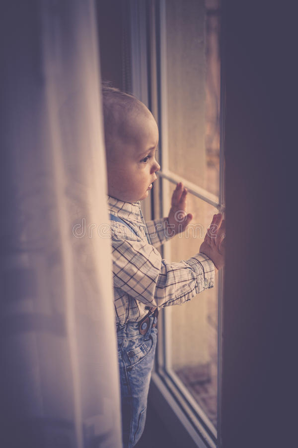 看通过阳台门窗口 免版税库存照片