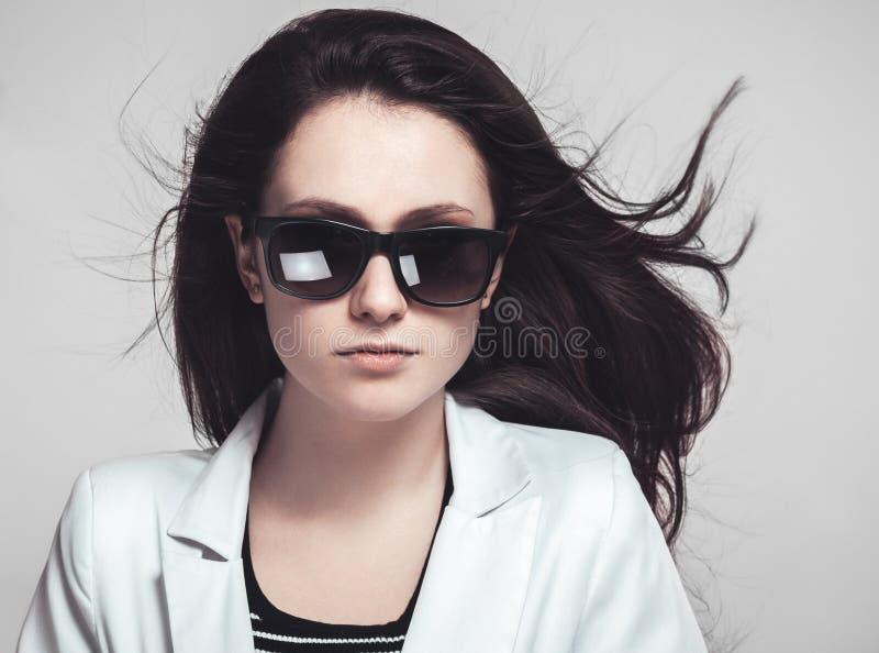 Download 看通过玻璃的女实业家 库存图片. 图片 包括有 衣领, 经理, 商业, beauvoir, beautifuler - 30326547