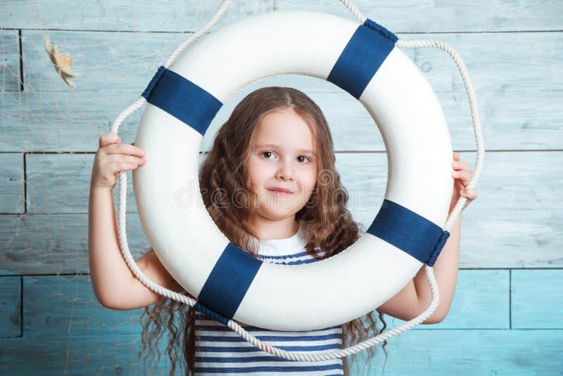 看通过lifebuoy的小女孩 库存图片