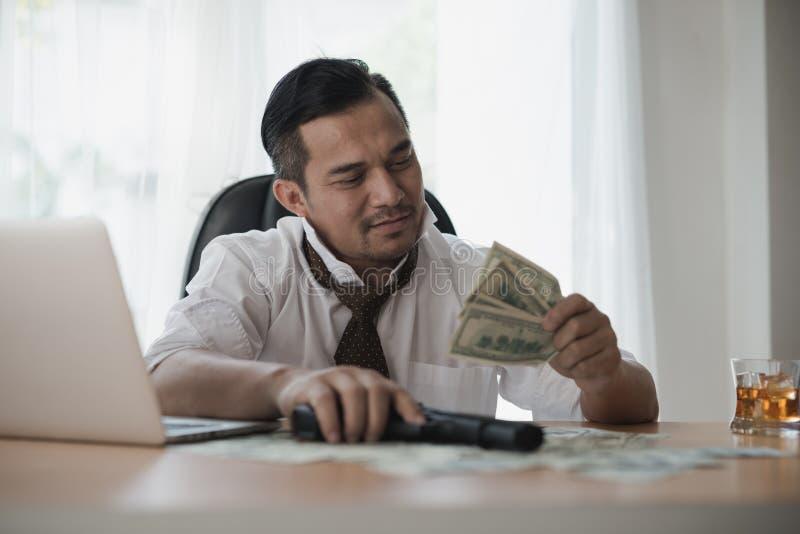 看金钱的亚洲商人 库存图片