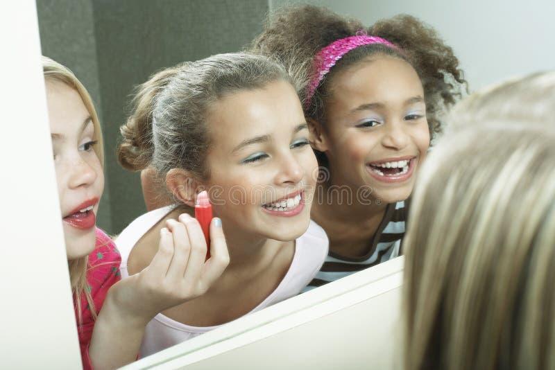 看镜子的快乐的女孩 免版税库存照片