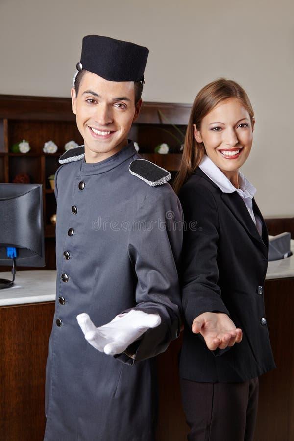 看门人和接待员在旅馆里 免版税库存照片